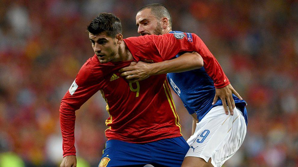 Álvaro Morata y Leonardo Bonucci lucha un balón en el pasado Mundial de Rusia. (Getty)