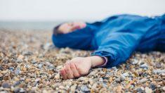 Mujer inconsciente en la playa (Foto: iStock)