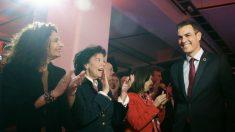 El presidente Pedro Sánchez, aplaudido por sus ministras en la presentación de la precampaña del PSOE en Madrid.