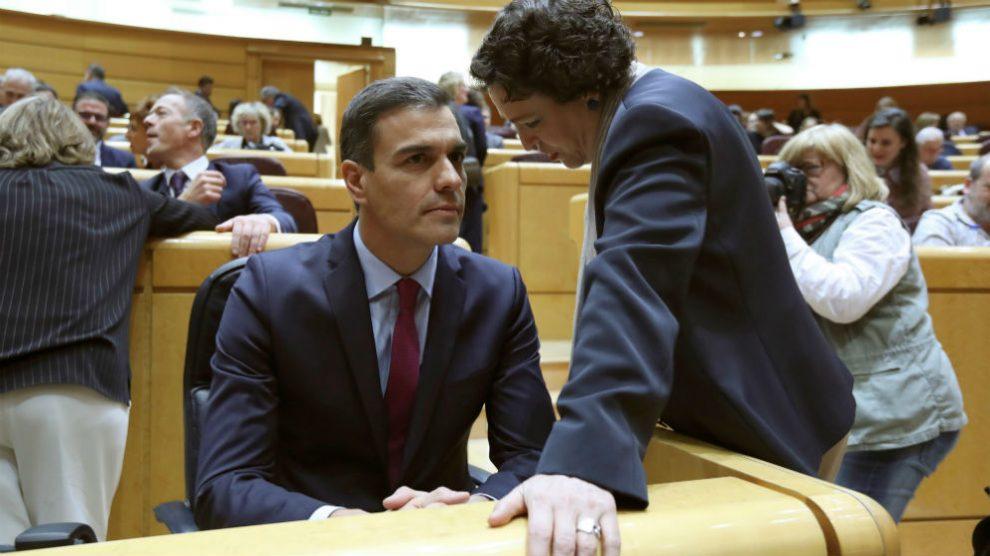 El presidente del Gobierno en funciones, Pedro Sánchez (i), conversa con la ministra de Trabajo, Magdalena Valerio (d).