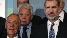 El Rey Felipe VI, el presidente de Portugal Marcelo Rebelo de Sousa (i), y el expresidente del gobierno Felipe González (c), durante la fotografía de familia en el Congreso Mundial de Derecho que se celebra en Madrid. Foto: EFE
