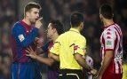 Piqué, protestando a un árbitro hace varias temporadas (EFE).