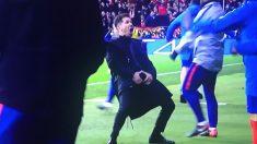 Simeone celebra el 1-0 con un gesto que llamó la atención.