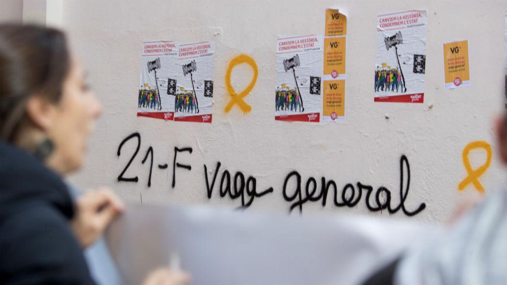 Un grupo de personas se manifiesta en Barcelona durante la huelga general de Cataluña convocada este jueves (Foto: Efe/Marta Pérez)