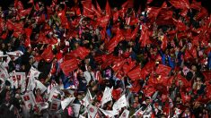 Aficionados del Atlético durante el partido ante el Real Madrid. (AFP)
