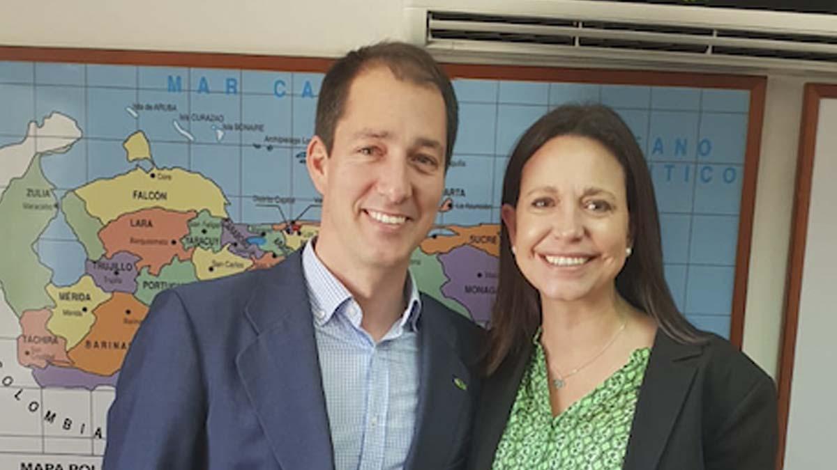 Víctor González (Vox) con la opositora María Corina Machado.