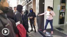 Este jueves una mujer de origen inmigrante se ha convertido en un icono de la resistencia contra la violencia separatista