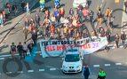 Menos de 50 manifestantes cortan el tráfico en el centro de Barcelona.