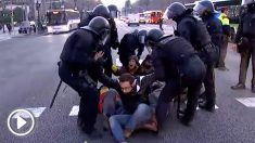 Los Mossos desalojan a los manifestantes que cortaban la Diagonal en Barcelona.