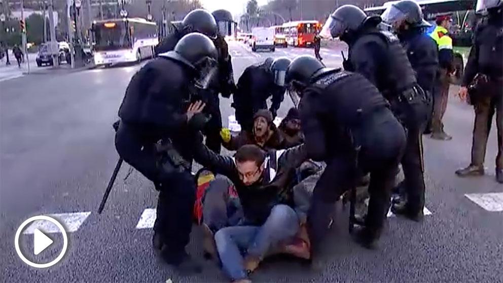 Los Mossos desalojan a unos manifestantes independentistas.