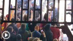 Agentes de los Mossos retroceden ante los estudiantes