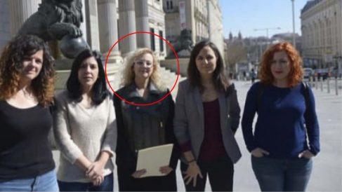 María Sevilla, señalada con un círculo, junto a la diputada de Podemos Ione Belarra ante el Congreso.