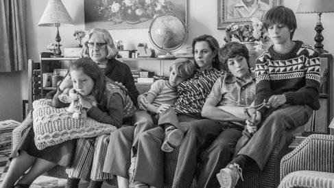 La familia para la que trabaja Cleo (Yalitza Aparicio) se convierte en el telón de fondo de 'Roma', dirigida por Alfonso Cuarón.