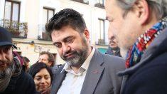 Sánchez Mato habla con Alberto San Juan, en la concentración contra los desahucios en Argumosa. (Foto: E. Falcón)