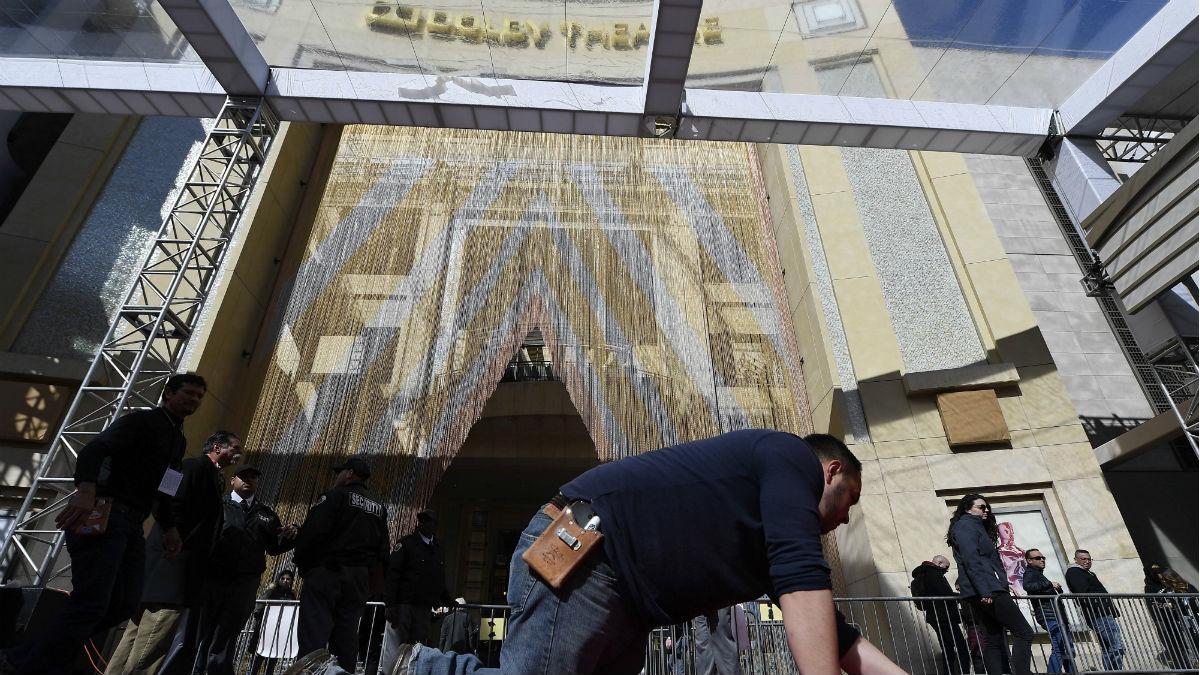 Un operario da los últimos retoques a la alfombra roja del teatro Dolby, en Los Ángeles, donde el domingo se entregan los Oscar.