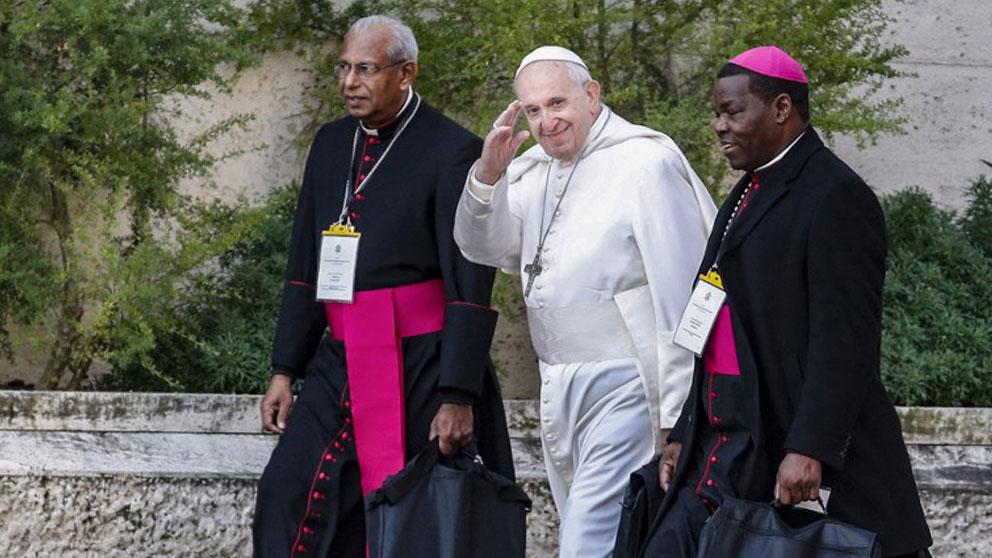 El Papa Francisco llega a la cumbre antipederastia que se celebra en el Vaticano acompañado de dos cardenales. Foto: AFP