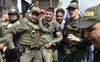 Oficiales de Colombia escoltan a un oficial de policía de Venezuela que ha desertado y ha pasado la frontera a Colombia. Foto: AFP