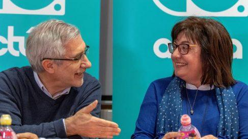 El excoordinador general de IU y fundador de Actúa, Gaspar Llamazares, junto a la política Montserrat Muñoz (d) durante el acto «Política para la democracia» este sábado en el Centre Flassaders de Palma. Foto: EFE