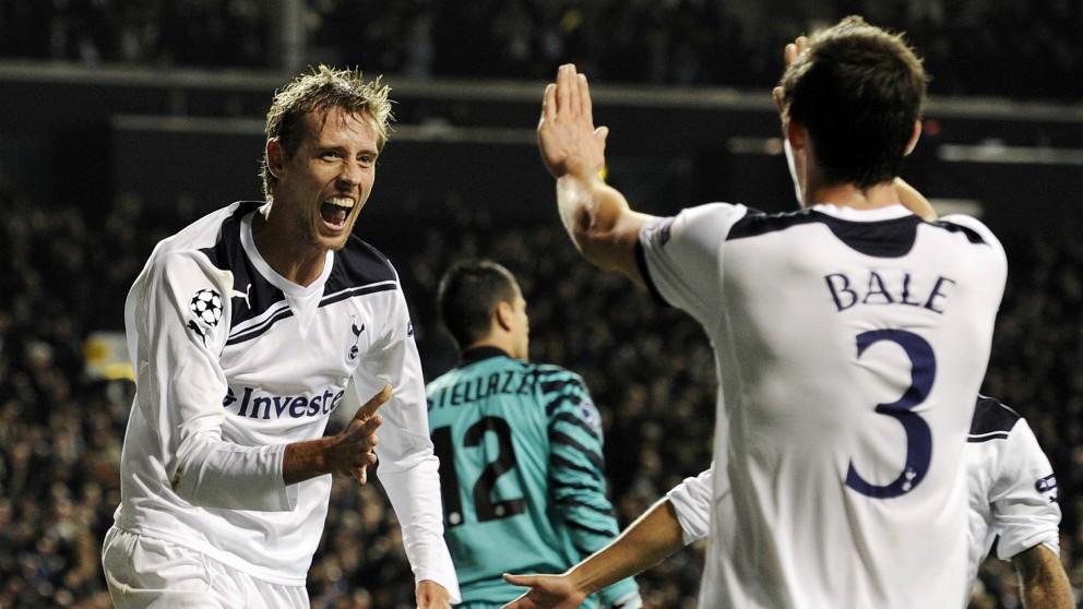 Crouch y Bale celebran un gol en su etapa en el Tottenham. (AFP)