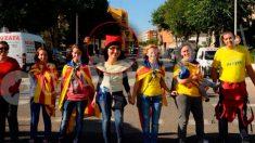 La diputada de Ciudadanos Lorena Roldán (en el centro, con una barretina roja), en la Diada independentista de 2013 (Foto cedida por: Tarragona Digital).