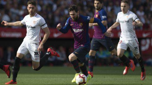 Messi encara a la defensa del Sevilla. (AFP)