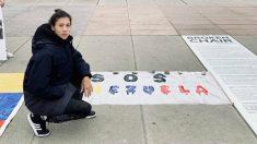 Muguruza posa con un cartel en apoyo a Venezuela. (Twitter)