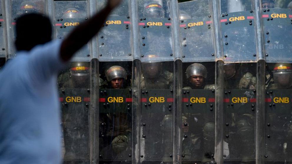 La Guardia Nacional Bolivariana de Venezuela bloquea las fronteras del país con sus vecinos latinoamericanos. Foto AFP