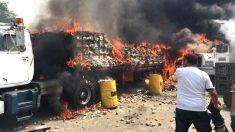 Los soldados han quemado dos de los camiones que acababan de cruzar la frontera, para evitar que la población acceda a la ayuda humanitaria.