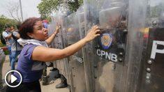 La policia de Maduro impide el paso a una mujer. Foto: AFP