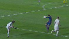 Bardhi golpea el balón claramente con la mano.
