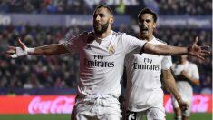 Benzema celebra un gol con Reguilon. (AFP)