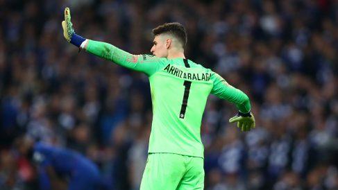 Kepa da indicaciones a Sarri durante el Chelsea – Manchester City de la final de la Carabao Cup. (Getty)