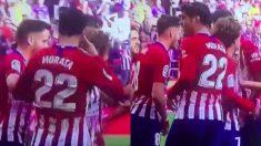Morata celebra su primer gol con el Atlético haciendo gestos dirigidos al VAR.