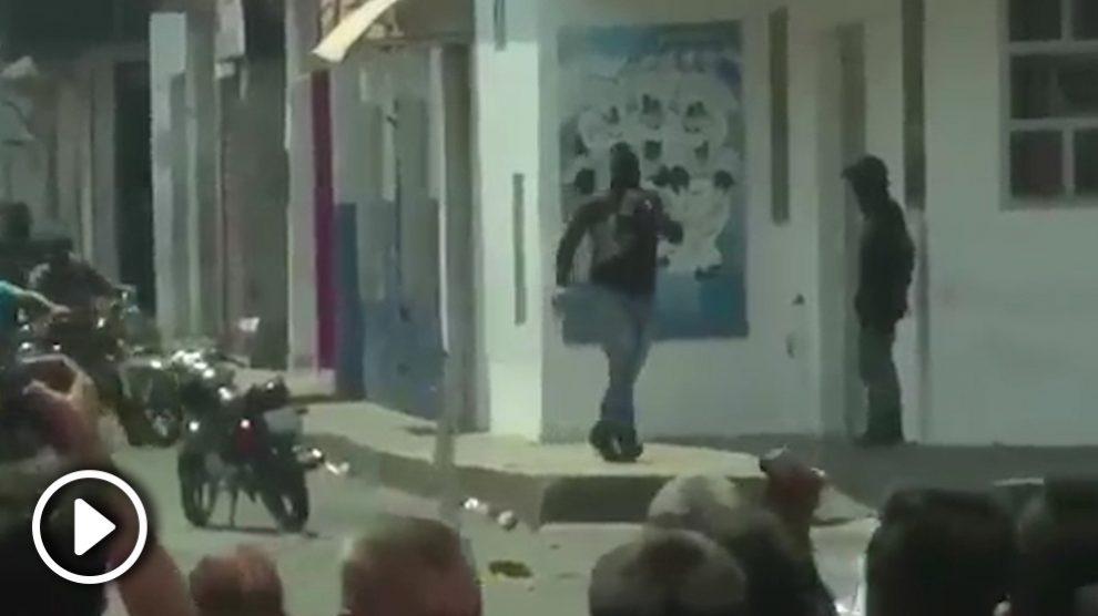 Un pistolero atemoriza a la población en la ciudad de San Antonio de Táchira.