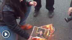 Los separatistas queman fotos del Rey Felipe VI.