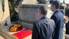 Pedro Sánchez, ante la tumba de Azaña en Francia en un homenaje 79 años después de su muerte.