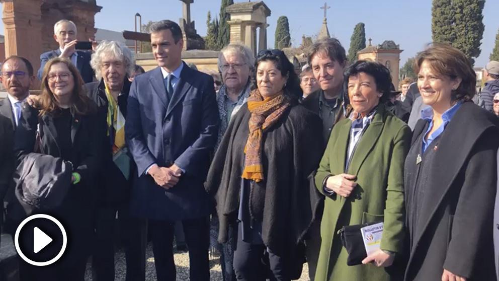 Sánchez, ante la tumba de Azaña en Francia acompañado de intelectuales y artistas que apoyaron la memoria histórica de Zapatero.