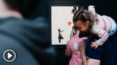 Una de las obras más famosas de Banksy expuestas en la exposición instalada en IFEMA sobre el artista urbano de Bristol.
