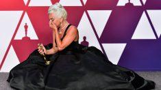 Lady Gaga emocionada con el premio por mejor canción en la gala de los Oscar 2019.