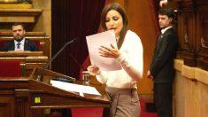 La portavoz de Ciudadanos en el Parlament y senadora, Lorena Roldán, interviene desde el atril, en un pleno (Foto: Europa Press)
