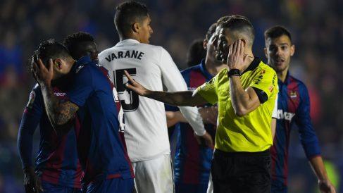 Momento en el que Iglesias Villanueva pita penalti sobre Casemiro. (Getty)