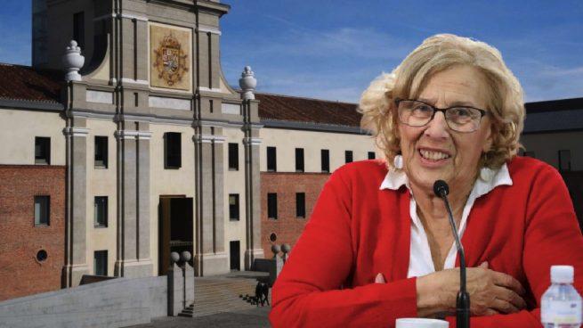 Manuela Carmena y la entrada del Centro Cultural Conde Duque. (Fotos. Madrid)