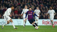 Messi encara a los jugadores del Real Madrid. (Getty)