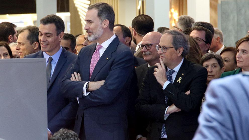 El Rey Felipe, en el Mobile Congress 2019 de  Barcelona, entre Pedro Sánchez y Quim Torra. (Foto: Enrique Falcón)
