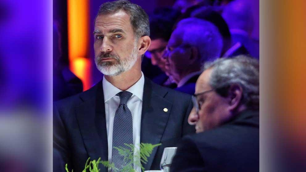 El Rey Felipe VI mira al president de la Generalitat, Quim Torra, durante la cena del MWC en Barcelona.