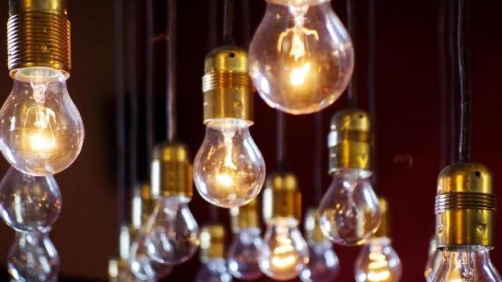 Es importante conocer tanto la vida útil como el color y tipo de bombillas.