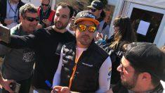 Fernando Alonso se hace fotos con varios fans en Montmeló.
