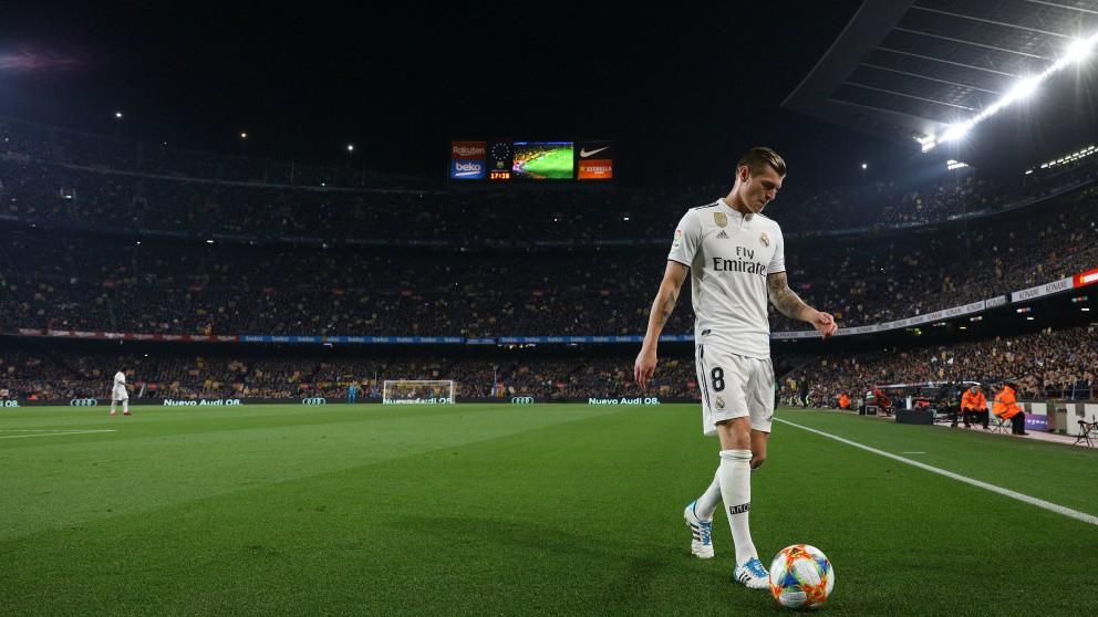 Kroos se dispone a sacar un córner en el Camp Nou. (Getty)