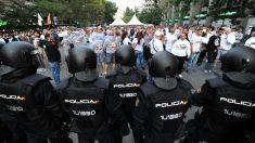 Policías en las inmediaciones del Santiago Bernabéu. (Getty)
