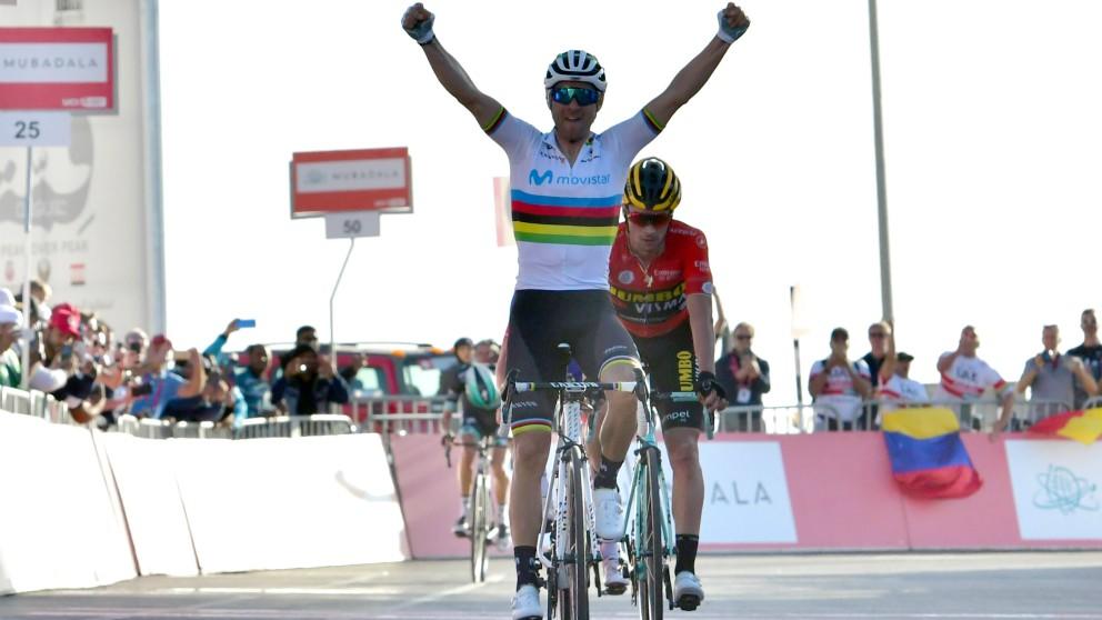Valverde levanta los brazos en línea de meta. (AFP)